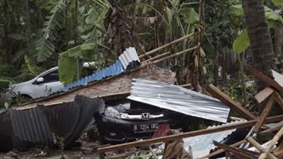 Число жертв цунами в Индонезии возросло почти в три раза