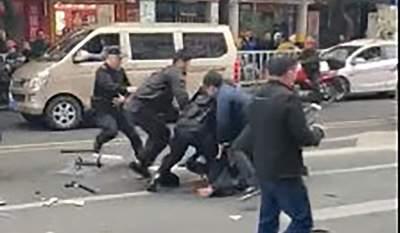 В Китае мужчина захватил автобус и врезался в толпу: погибли пять человек