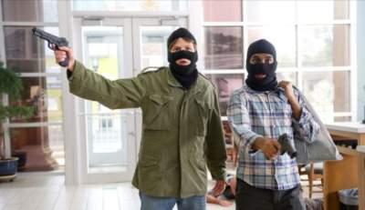В Чехии вооруженный грабитель захватил заложников в банке