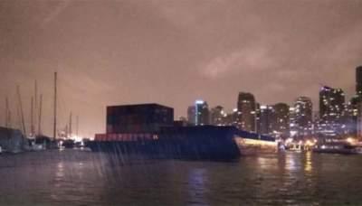 В Канаде две огромные баржи повредили несколько объектов в порту