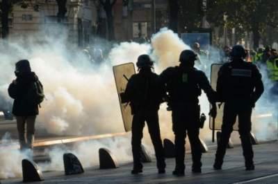 В Париже полиция применила слезоточивый газ на протестах