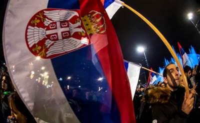 В Сербии тысячи людей вышли на марш против президента