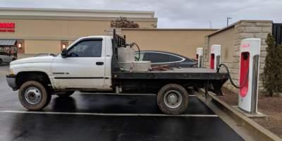 В США водители грузовиков блокируют заправки Tesla