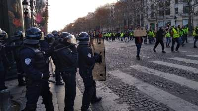В Париже взяли под стражу более ста