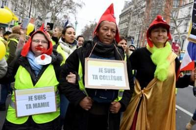 Сотни женщин в желтых жилетах вышли на акцию в Париже
