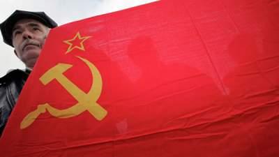 В Латвии оштрафовали мужчину, размахивавшего флагом СССР