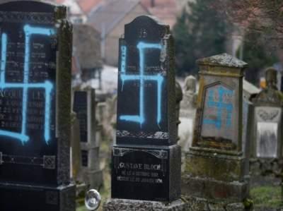 Во Франции неизвестные осквернили десятки могил