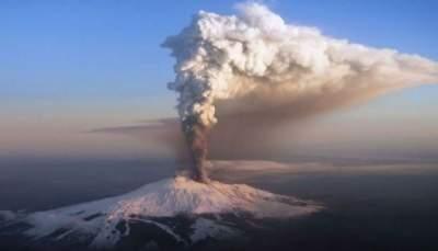 В Италии продолжает извергаться вулкан Этна