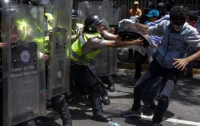 В Венесуэле против протестующих применили слезоточивый газ
