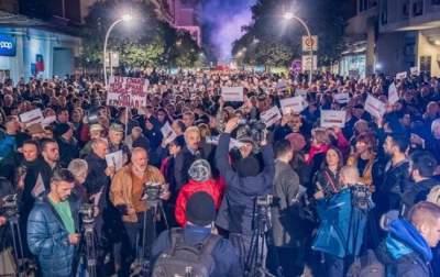 В Черногории тысячи людей вышли на антипрезидентские протесты
