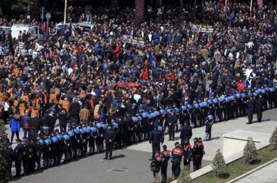 Тысячи албанцев требуют отставки премьера из-за коррупции