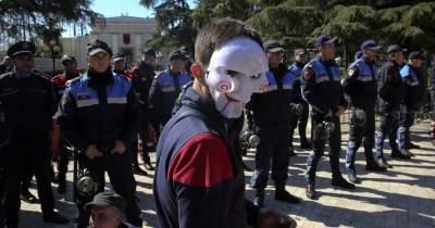 В Албании протестующие попытались штурмовать парламент