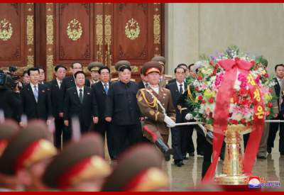 Ким Чен Ын почтил память отца в мавзолее в Пхеньяне