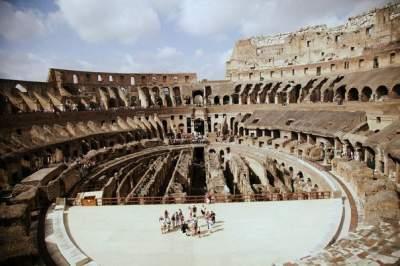 Туристка пыталась выцарапать имена родных на стенах Колизея