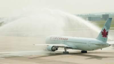 В Канаде пассажирский самолет врезался в бензовоз