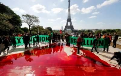 В Париже активисты разлили бутафорскую кровь