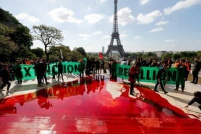 В Париже перед Эйфелевой башней вылили сотни литров «крови»