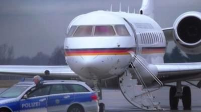 В самолет канцлера ФРГ Ангелы Меркель врезался автомобиль